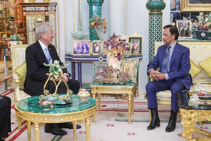 Senior Minister Teo Chee Hean speaking with His Majesty Sultan Haji Hassanal Bolkiah Mu'izzaddin Waddaulah.