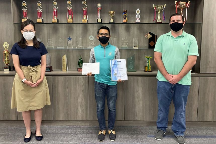 (From left) West Coast GRC MP Rachel Ong, Deliveroo rider Haziq Taha and Deliveroo Singapore head of operations Jason Parke at the SCDF Community First Responder Award presentation on Aug 26, 2021.