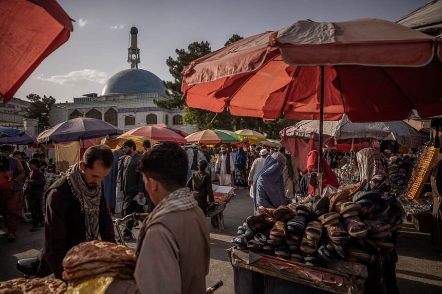 Shoppers and vendors at a market in Kabul, on Aug 29, 2021.