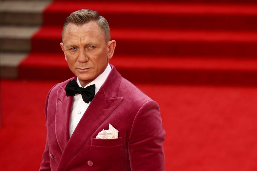 """Cast member Daniel Craig poses as he arrives at the world premiere of the new James Bond film """"No Time To Die"""" at the Royal Albert Hall in London, Britain, September 28, 2021."""