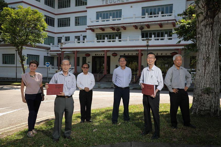 Former Tuan Mong High School teachers Mr Lim Poon Heok and Mr Chang Kwang Wee (left to right, holding books) and students Ms Leong Sau Hiong, Mr Seng Han Thong, Mr Simon Goh and Mr Lee Kok Leong.