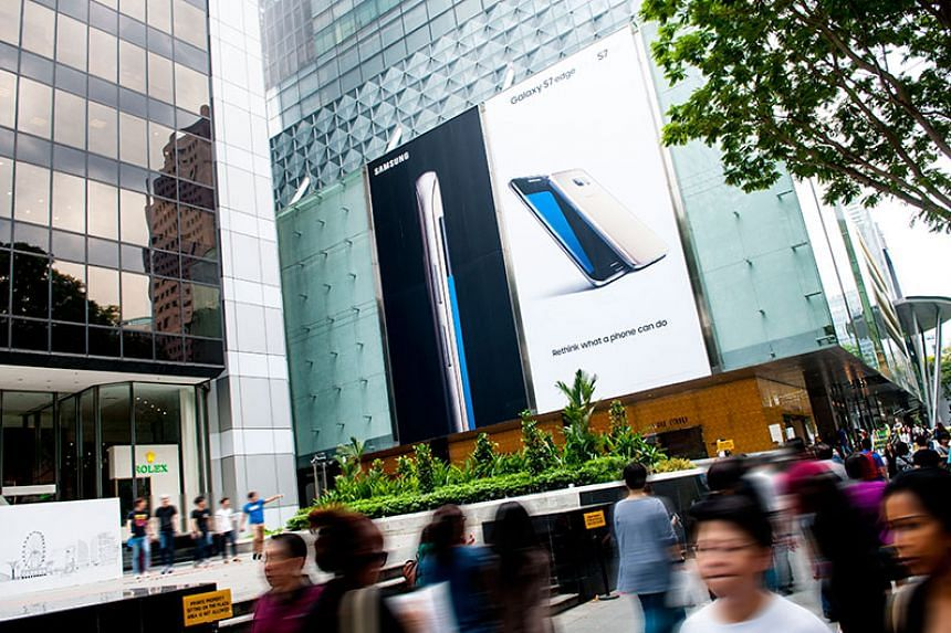 SPHMBO has collaborated with Paragon to display a 266sqm Samsung advert on the side of the mall.
