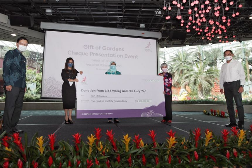 President Halimah Yacob (centre) receiving the cheque on behalf of Gardens by the Bay.