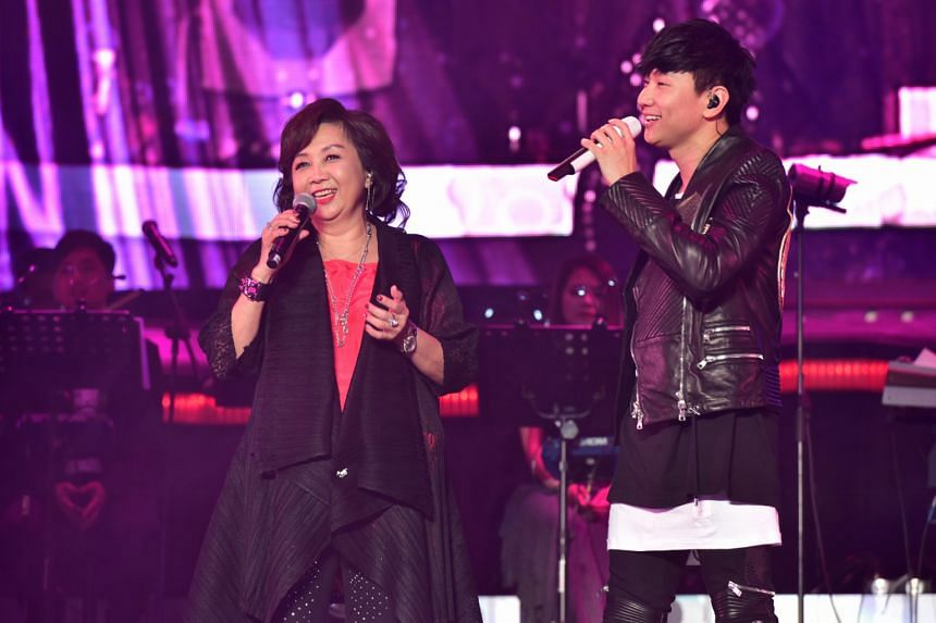 JJ Lin singing a duet with his mother at the concert.