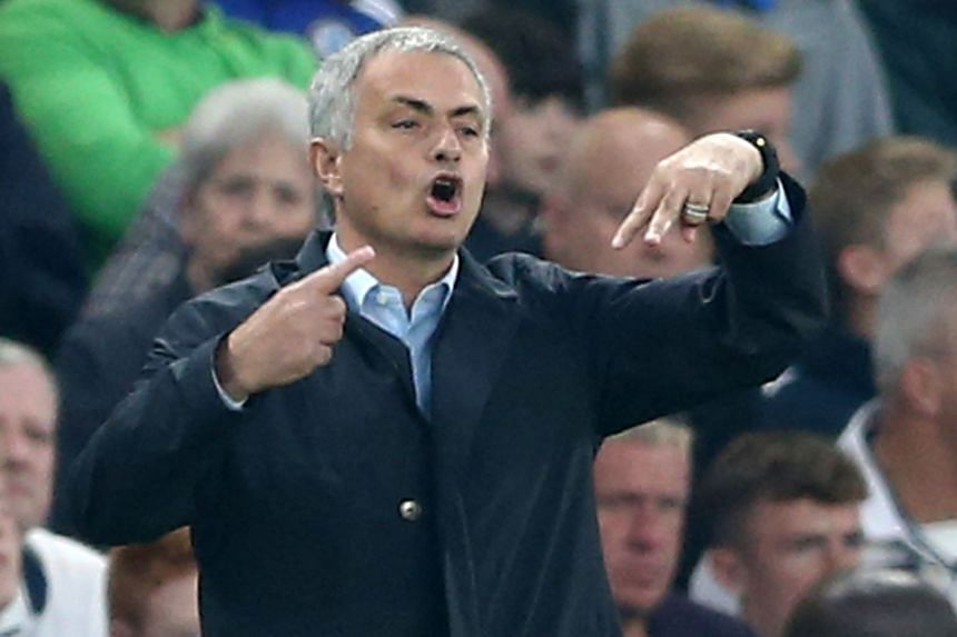 Jose Mourinho instructing his players during the loss to Southampton.