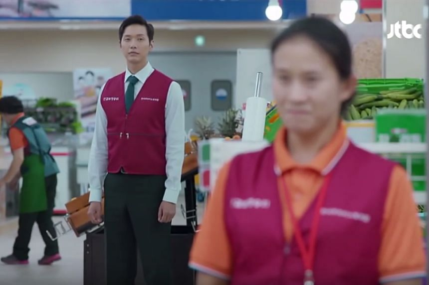 In Awl, a hypermarket manager (Ji Hyun Woo) fights against his French employer for employees' rights.