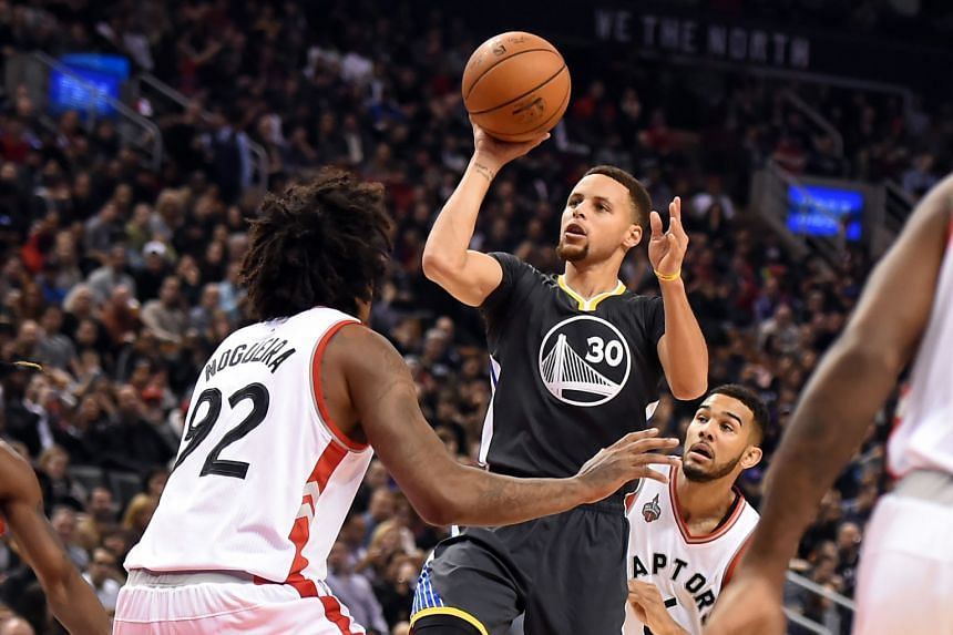 Golden State left it late for their 112-109 victory over hosts Toronto, nicking the win only in the last few seconds, with Stephen Curry (centre) scoring 15 points in the fourth quarter.