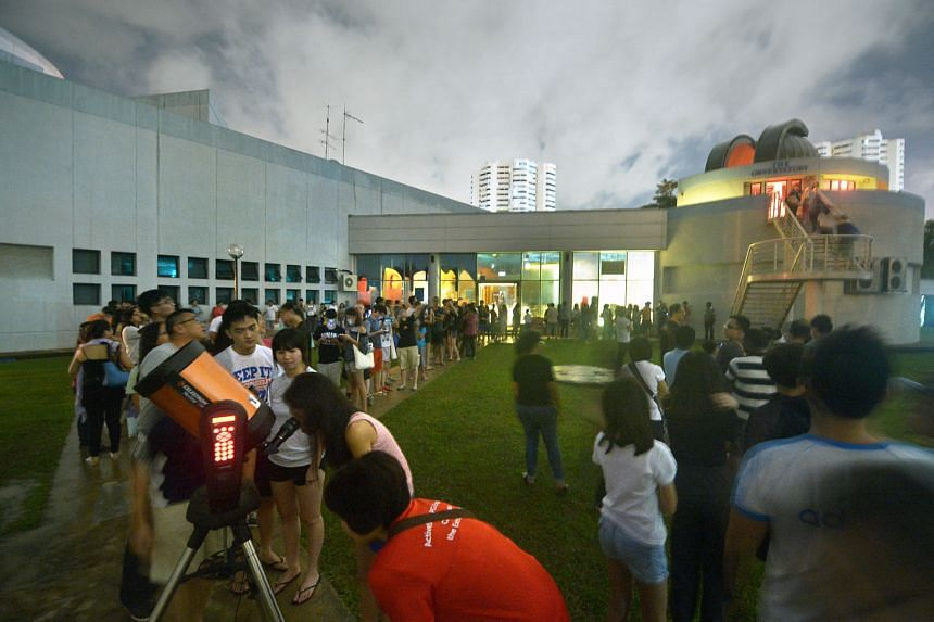 Almost 500 people, including more than 100 children, queued from 5am at the Science Centre's observatory yesterday to get a clearer view of the alignment of five planets. Through powerful telescopes, they were able to see Mars, Saturn, Jupiter, Venus