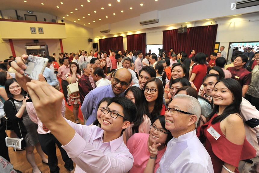 """Mr John Tan Pek Nan, 21, and fellow SFCCA scholars studying in China taking a """"wefie"""" with Mr Tharman and SFCCA president Chua Thian Poh (at right, in front) at yesterday's Chinese New Year event."""