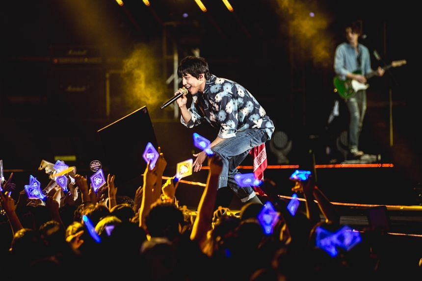 CNBlue frontman Jung Yong Hwa reaches out to the audience with confidence.