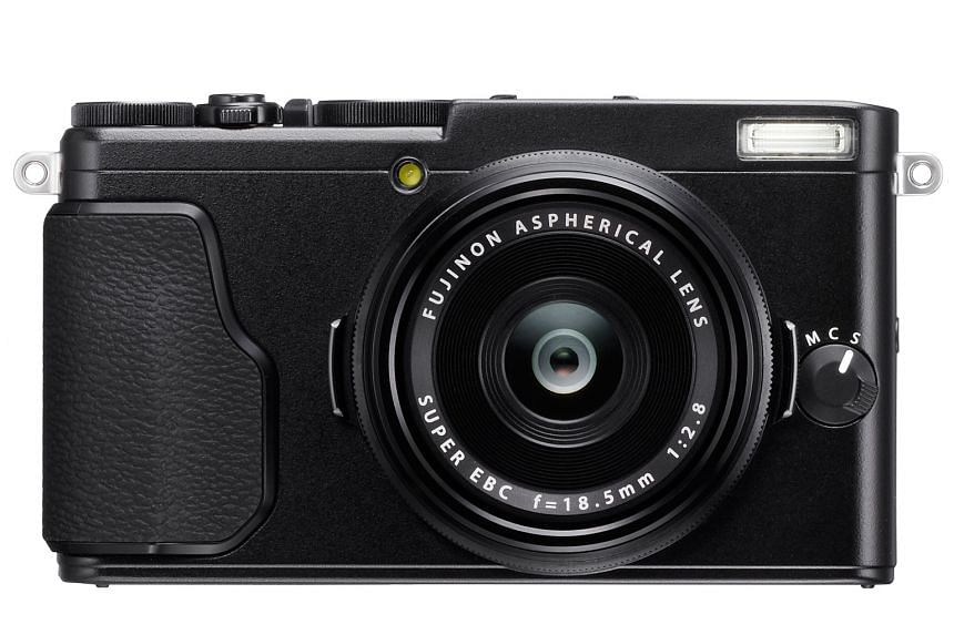 The Fujifilm X70 has a fully electronic shutter that is super fast. It also comes with a touchscreen display that is tiltable downwards and upwards, making it suitable for taking selfies.