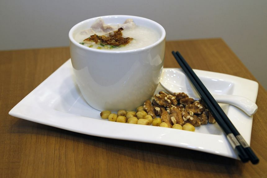 Prepare pork porridge with walnut and lotus seeds as food therapy for kidney yin and yang deficiencies.