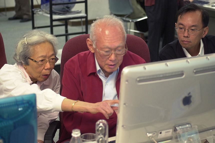Mr Han looking on as then Senior Minister Lee Kuan Yew, with his wife Kwa Geok Choo, took part in a webchat organised by ST for Mr Lee to field questions on his new book, From Third World To First, in 2000.