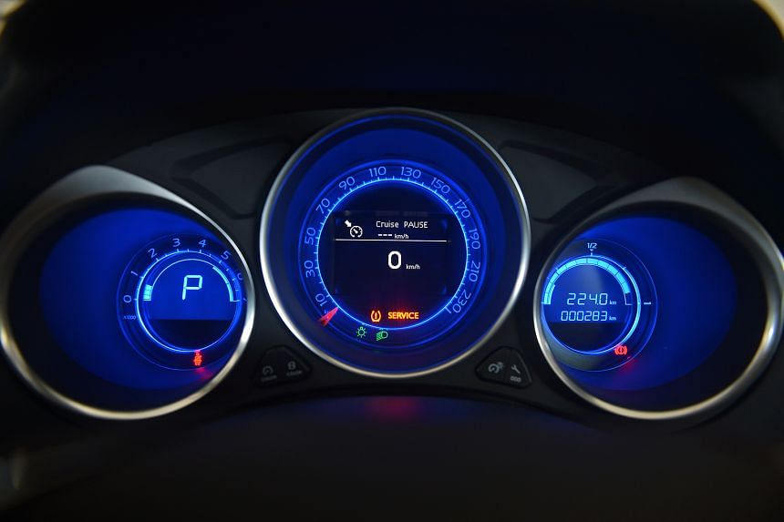 The Citroen DS4 Crossback boasts instrument displays with cool blue lighting.