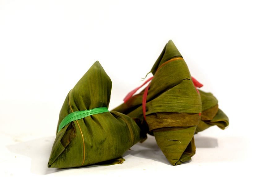 Raffia strings are used to tie rice dumplings. Readers are concerned that chemicals would leach from the raffia, which is made from recycled plastic, into the water when the dumplings are boiled.