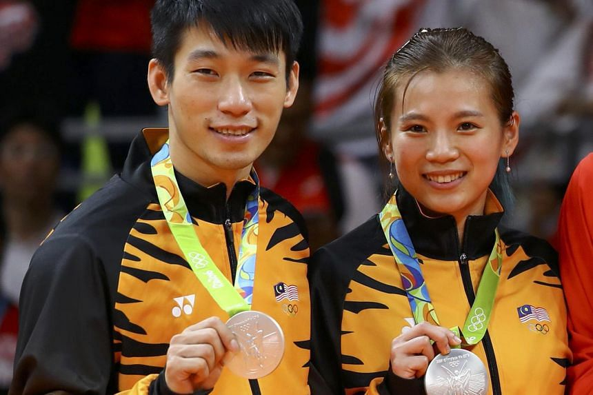 (Above) Chan Peng Soon and Goh Liu Ying; and Goh V Shem and Tan Wee Kiong with their silver medals.