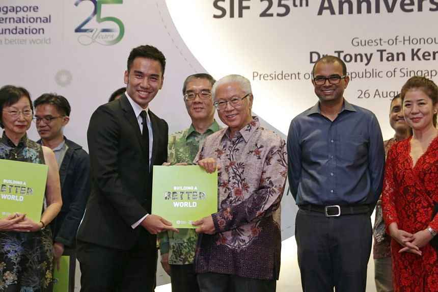 Top: Mr Justin Lee, 25, a citizen ambassador representing the alumni of the Young Social Entrepreneurs Programme 2010, presenting a copy of SIF's commemorative book to President Tan. Above: Dr Ramaswamy led a team of volunteers on SIF's Palliative Ca
