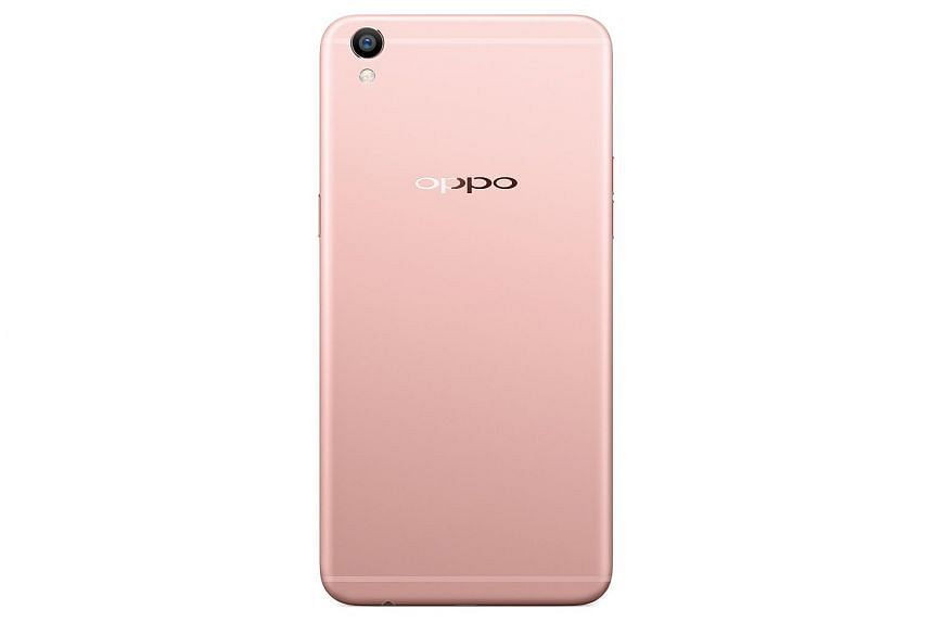 While the Oppo R9 Plus has a slightly lower pixel-per-inch density, no discernible drop in display quality was found during tests.