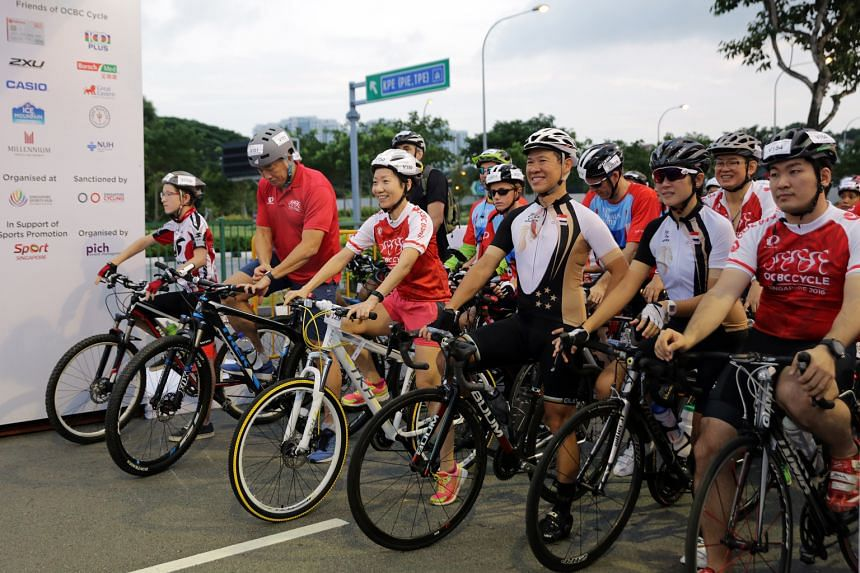 Sport Singapore chief executive officer Lim Teck Yin (second from left) and Minister for Culture, Community and Youth Grace Fu (third from left) at the start of The Straits Times Ride. Some 2,100 people took part in this 23km event.