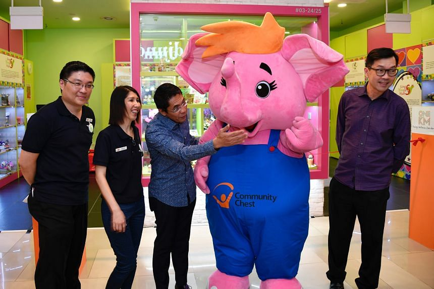 (From far left) SingYouth Hub president Tham Chien Ping, its founder and executive director Sophee Tan, Dr Maliki Osman and UOL general manager (marketing) Hauw Kheng Lip with the Community Chest's pink Sharity mascot at the Craftpreneurs of SG shop,
