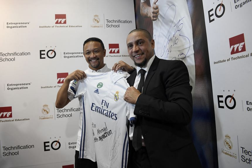 The Brazilian, a club ambassador for Spain's Real Madrid, also presented Fandi with an autographed jersey.