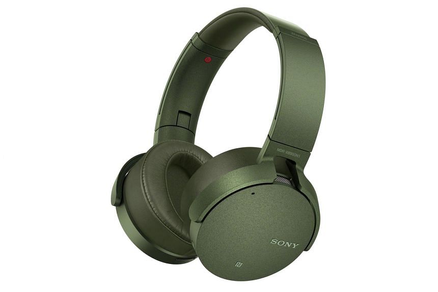 Despite the headphones' large size, they are quite easy to take around outside and can be used wirelessly with up to 20 hours of battery life.