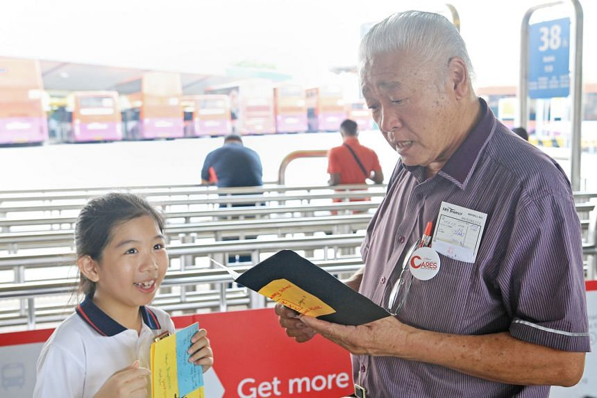Above: Bus driver Tan Hock Kee receiving a thank-you card from a Tampines Primary School pupil.