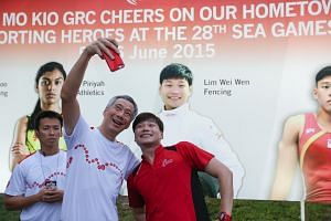 Prime Minister Lee Hsien Loong taking a selfie with SEA Games fencing athlete Lim Wei Wen.
