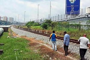 People using the illegal shortcut, which bypasses the Johor CIQ complex, to reach Singapore. The Star said that people have been using the 300m route for some time, especially to avoid the morning jam.