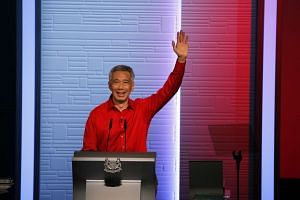 Prime Minister Lee Hsien Loong waves at the end of his Mandarin speech at ITE College Central on Aug 23, 2015.