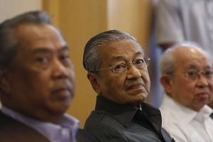 Former Malaysian prime minister Mahathir Mohamad (centre) giving a news conference in Putrajaya, Malaysia, on Oct 12, 2015.