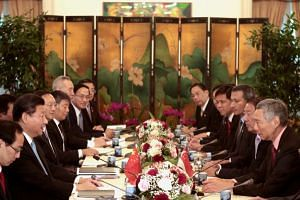 Chinese President Xi Jinping (second from left) and Singapore Prime Minister Lee Hsien Loong (right) and their respective delegations at a meeting at the Istana presidential palace in Singapore on Nov 7, 2015.