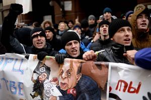 Protesters at an anti-Turkey picket outside the Turkish embassy in Moscow on Nov 25, 2015.