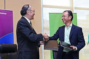 SPH chief executive Alan Chan (left) and StarHub chief executive Tan Tong Hai at yesterday's signing of the memorandum of understanding, under which both firms will tap opportunities in the converged media space.