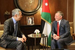 Singapore PM Lee Hsien Loong (left) speaking with Jordan's King Abdullah II in Amman on April 17, 2016.