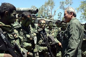 Defence Minister Dr Ng Eng Hen (right) speaking to the Singapore troops during his visit at the Shoalwater Bay Training Area in Queensland, Australia.