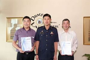SBS Transitbus driverJiang Hong (left) and ComfortDelGro taxi driverOng Kong Poh (right) received the Public Spiritedness Award from ColonelColonel Alan Chow,Commander of 1st SCDF division.