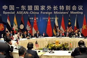 Chinese Foreign Minister Wang Yi (third, right) and foreign ministers from ASEAN-member nations attend a special ASEAN-China foreign ministers' meeting in Yuxi, southwest China's Yunnan Province on June 14, 2016.