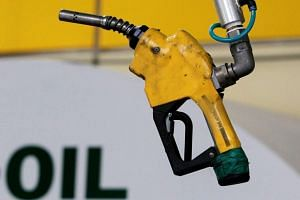 Experts have clarified that the use of mobile phones at petrol stations do not cause fires.