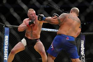 Brock Lesnar (left) punching New Zealander Mark Hunt during the UFC 200 event in Las Vegas. The American won in a unanimous decision and took home US$2.5 million.