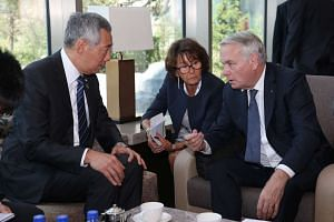 PM Lee Hsien Loong speaking with French Foreign Minister Jean Marc Aryrault (right).