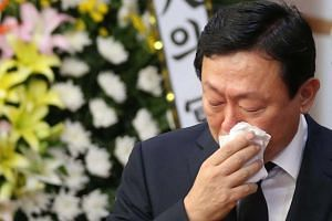 Shin Dong-bin, chairman of Lotte Group, wipes his tears with a hankerchief during the funeral for Lee In-won, the group's vice chairman at an undisclosed location in South Korea, Aug 27.
