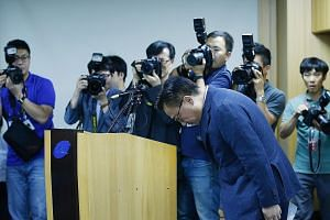 Mr Koh Dong Jin, president of Samsung Electronics' Mobile Communications Business, bowing at a news conference in Seoul on Friday. He said sales of its flagship Galaxy Note7 will be halted in 10 countries. Before the recall, the Galaxy Note7 had draw
