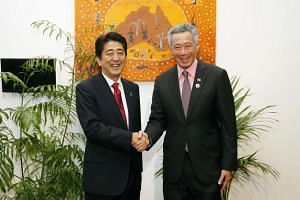 Singapore Prime Minister Lee Hsien Loong (right) shaking hands with Japanese Prime Minister Shinzo Abe at Novotel Brisbane Hotel on Nov 17, 2014.