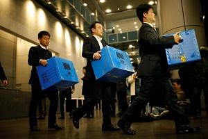 Prosecution investigation officers walk out with boxes carrying evidence seized at Samsung Electronics in Seoul, South Korea on Nov 8, 2016.