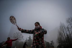 The smog in Hefei city in Anhui province has not deterred some residents from exercising outdoors. But others have been suffering, with reports of long queues and overnight waits at children's hospitals.
