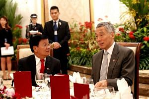 Lao Prime Minister Thongloun Sisoulith and his Singaporean counterpart Lee Hsien Loong in Singapore on May 2, 2017.