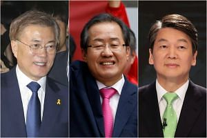 (From left) Presidential candidates Moon Jae In, Hong Joon Pyo and Ahn Cheol Soo.