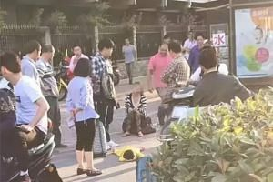 Huang Xiao Xiao pushed her daughter and stepped on her in public on May 9, 2017 in Xiaoshan, Hangzhou.