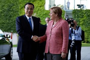 German Chancellor Angela Merkel welcomes Chinese Prime Minister Li Keqiang at the Chancellery in Berlin, May 31, 2017.